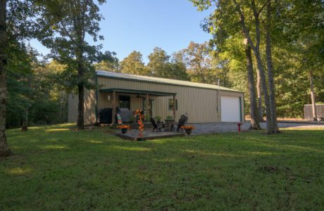 Front of a Workshop/Barn Living Dwelling in Nice big Yard